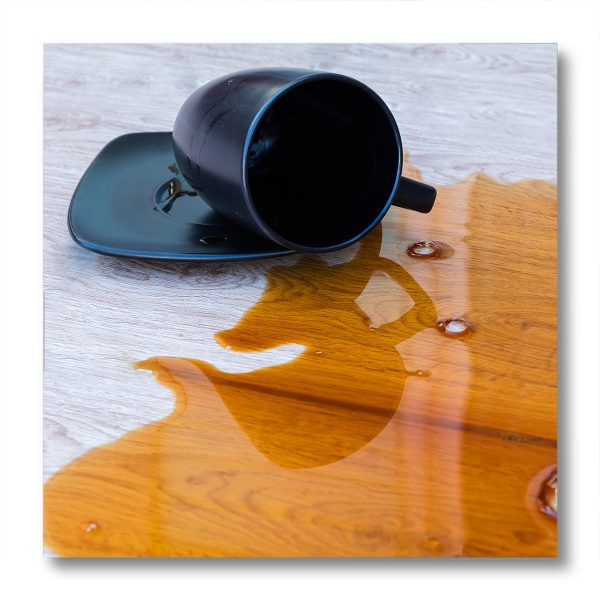 Tavolo in legno con verniciatura anti-macchia